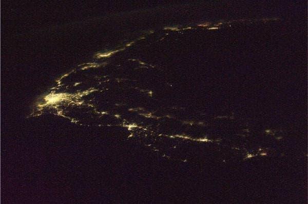 日本の夜景 右手が北海道の南端 上部が九州の一部  (若田光一さんのTwitterアカウントから)