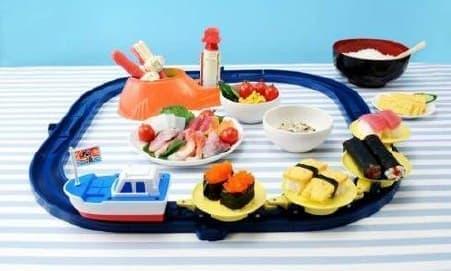 """""""漁船型""""車両が寿司をのせて走る玩具  (c)T-ARTS"""