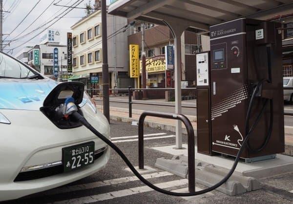 河口湖駅構内の駐車場「フジヤマパーキング」に「急速 EV 充電器」設置