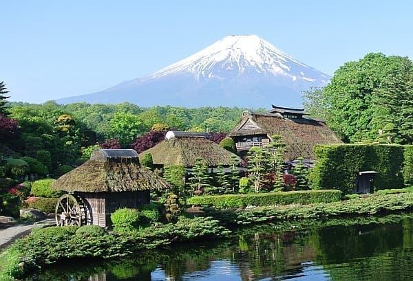 忍野八海から望む富士山