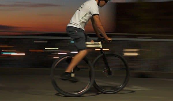 後輪を直接漕ぐタイプの自転車の例  ライディングポジションは、一輪車のそれに近い