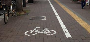 日本では、自転車が歩道を走行している