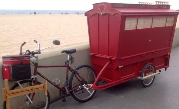 車輪には壊れた折り畳み自転車を再利用