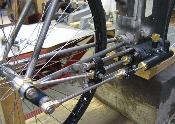 発生した蒸気はシリンダーを動かし、その力はピストンで車輪に伝えられ、  スチームバイクの推進力となる