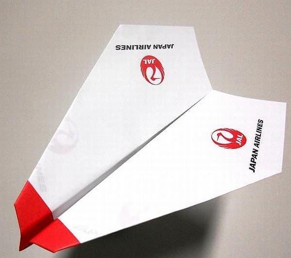 飛行機格納庫内で、自分で作成した折り紙ヒコーキを飛ばす