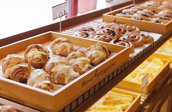 「カフェ ブリオッシュ」の焼きたてパンや、「パティスリー」のクッキーが人気