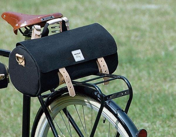 「BARREL BAG」は自転車に取り付けられるようデザインされている