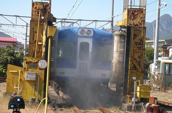 電車を洗う『洗車機』通過体験