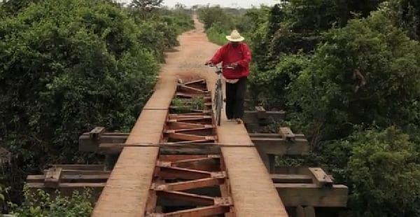 現在は歩行者用の橋として利用されている鉄道橋