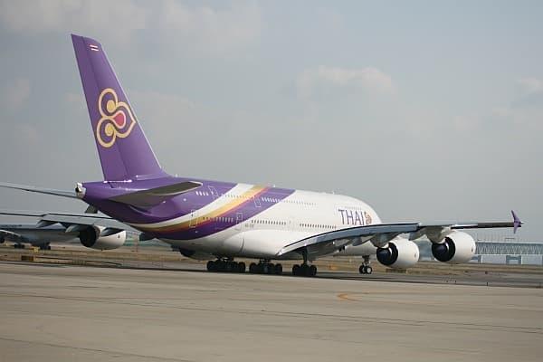 エアバスA380型機離陸シーン