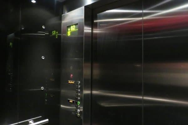 """南半球""""最速""""エレベーター  (写真は下りのときに撮影したものです)"""