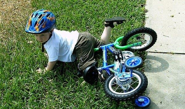 普通の自転車にはうまく乗れず、倒れてしまう子どもたちも