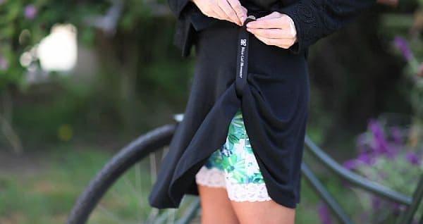 スカートの裾をまくってストラップで留め