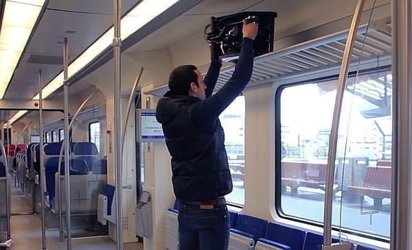 電車の棚に乗せることも可能だ