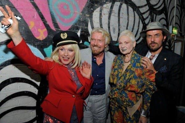 ユニークな服装で登場したヴィヴィアン氏(右から2人目)