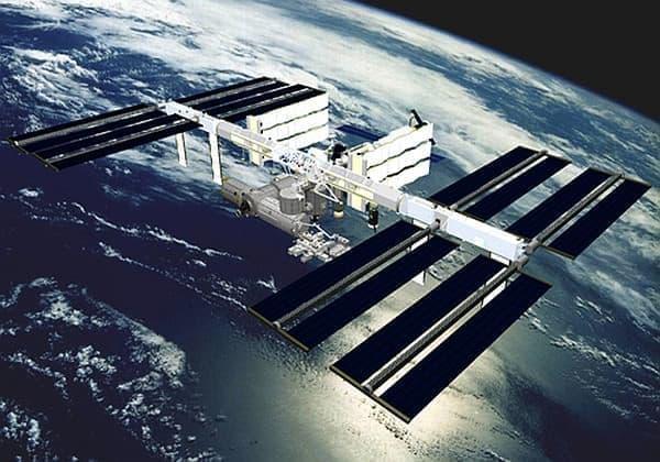 ISS は「宇宙の研究所」だ 出典: JAXA