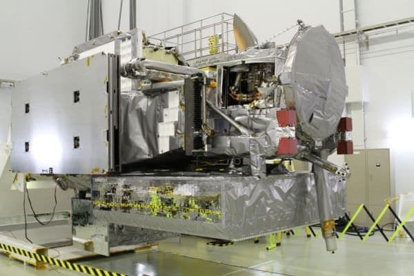 JAXA で GPM 主衛星を検査  (出典:NASA)
