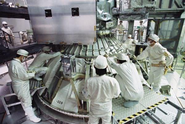 GPM 主衛星をロケットに搭載  (出典:NASA)